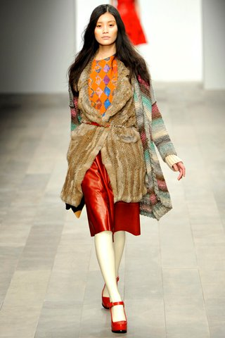 images/cast/00000496934197034=my job on fabrics x=betty jackson - Fall 2011 show-